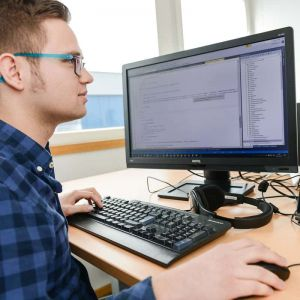 Auszubildender bei der Programmierung von WinSped