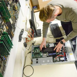 Praktikant bei dem Zusammenbau eines Computers