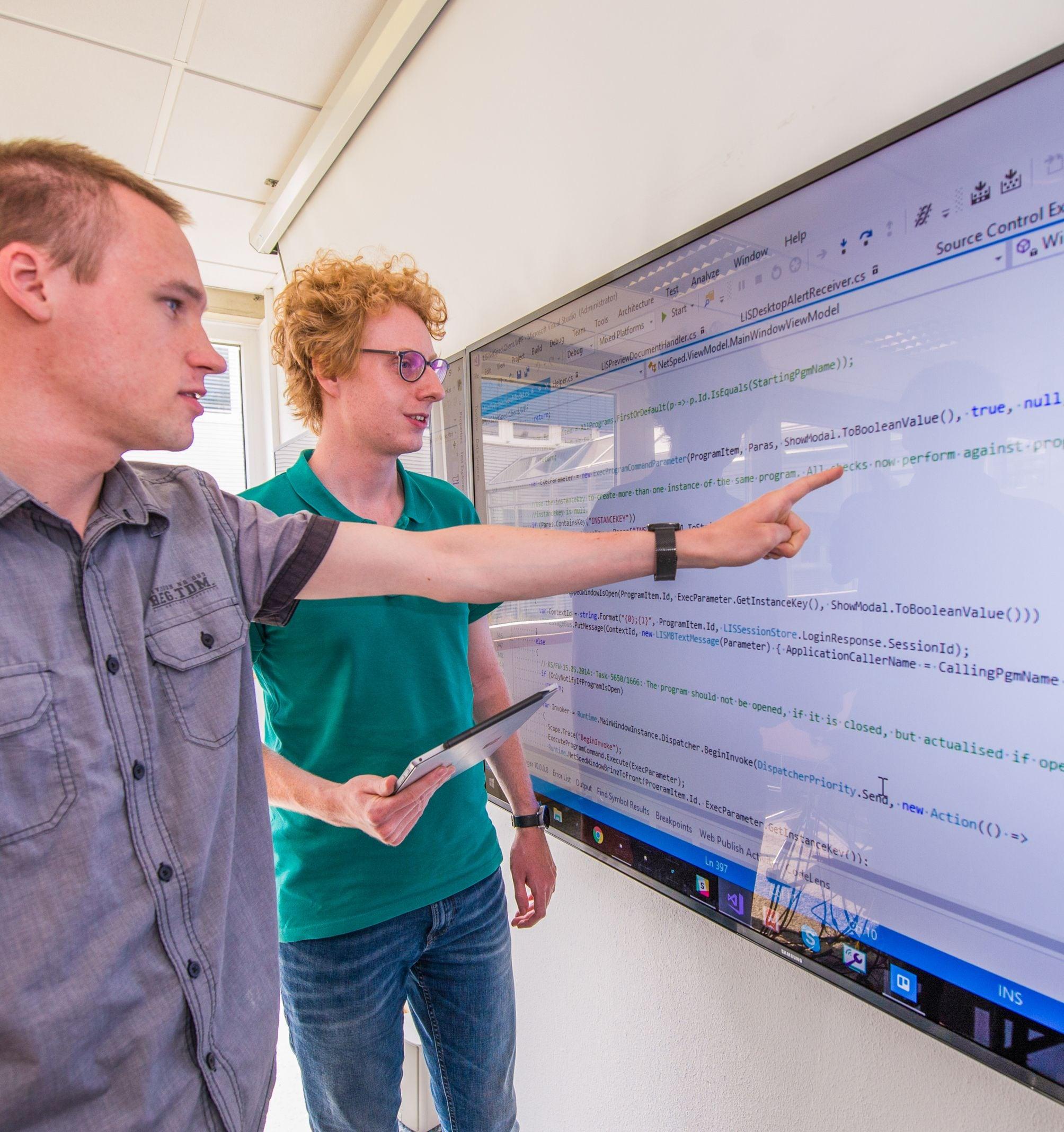 Mitarbeiter bei LIS vor Bildschirm Karriere